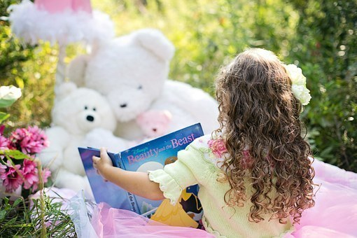 little-girl-reading-912380__340.jpg